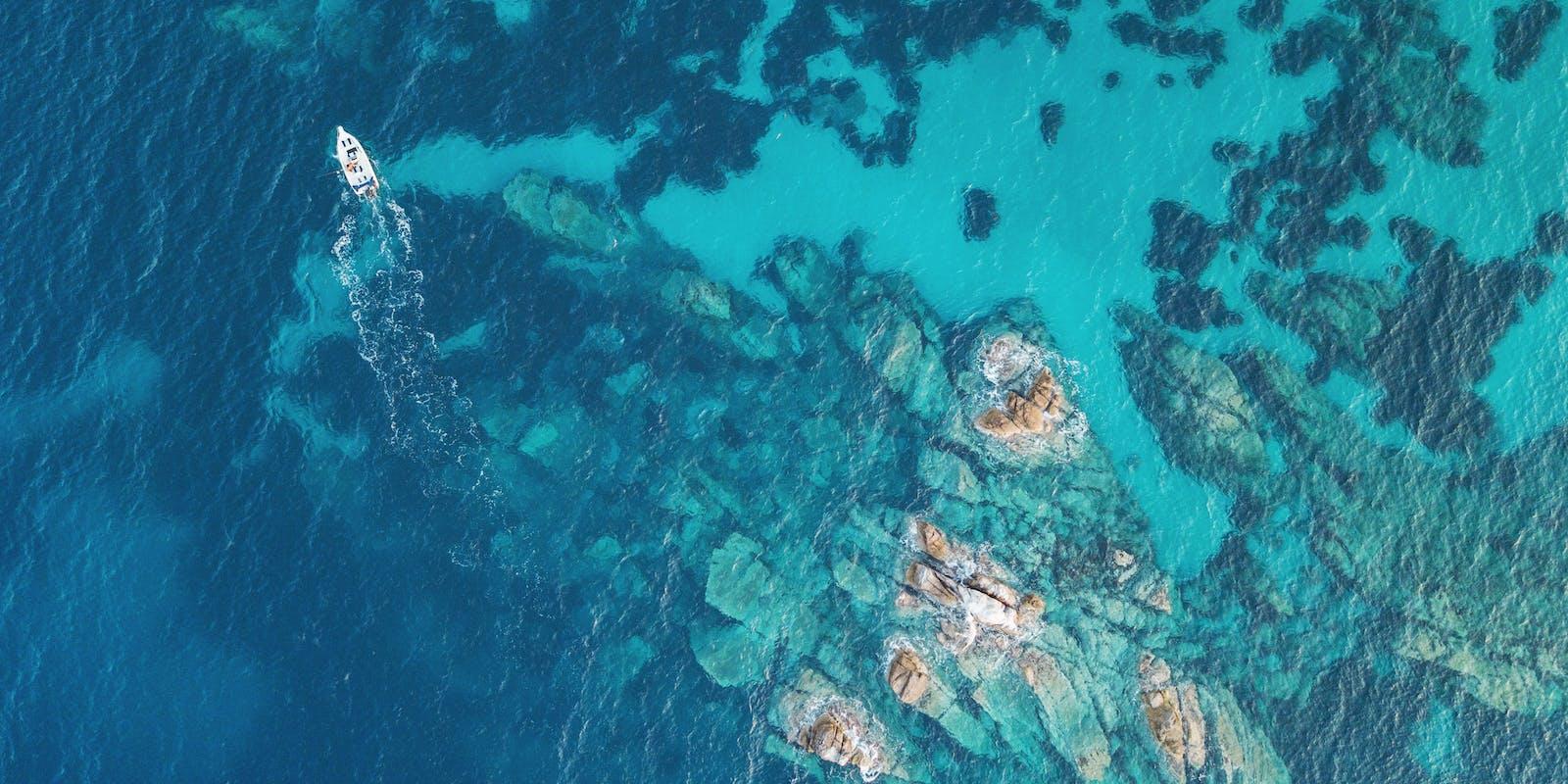 Luftaufnahme Riff mit Boot | griechenland.de