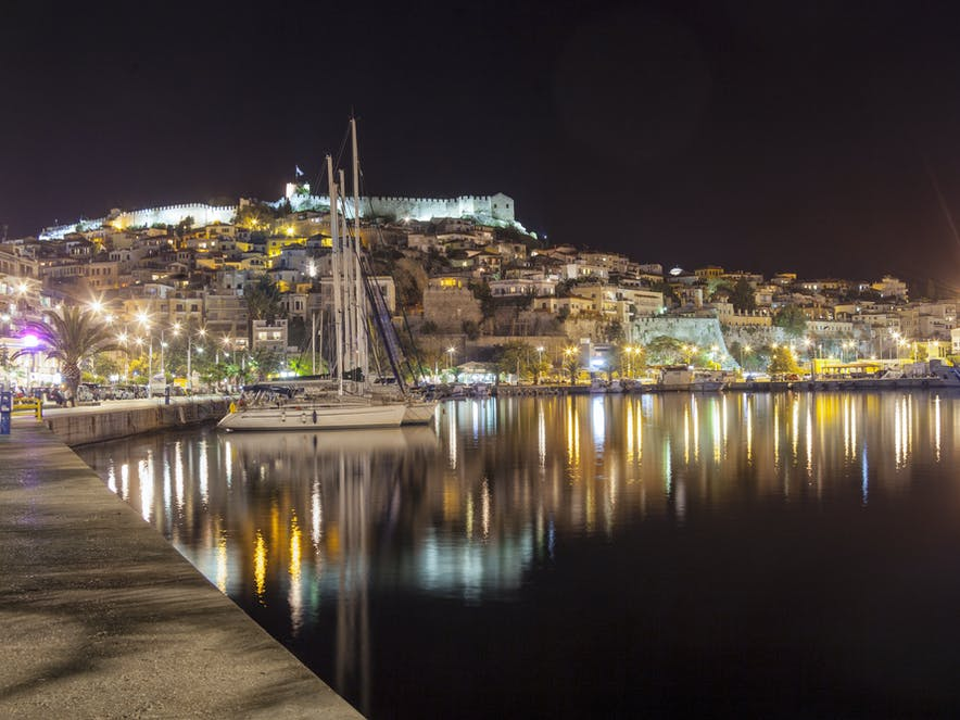 Kavala bei Nacht, Makedonien | griechenland.de