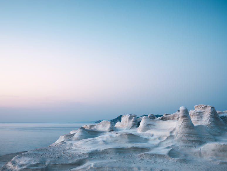 Sarakiniko - Strand aus glattem Vulkangestein, Insel Milos | griechenland.de